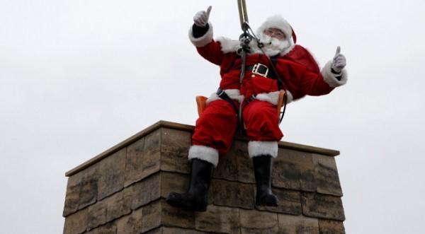 Столичната община си играе на Дядо Коледа: Раздава подаръци през комина!