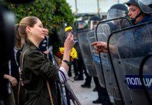 Полицаите трябва да сменят гумените палки с цветя